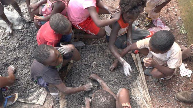 Famílias Processam Gigantes Tecnológicas Devido à Morte de Crianças nas Minas de Cobalto