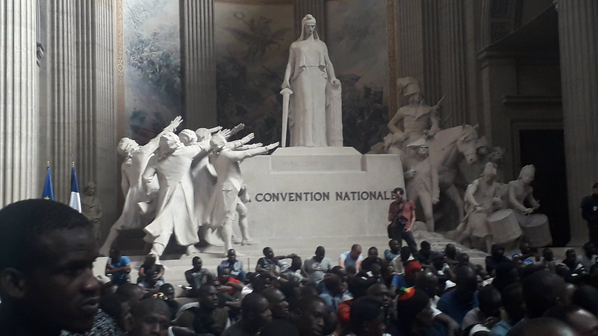 """""""Coletes Negros"""" Invadem Panteão em Paris"""
