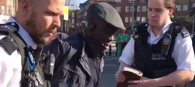 Reino Unido – Polícia Prende um Pregador de Rua Cristão com 64 anos e Confiscou-lhe a sua Bíblia